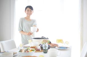 スープを取り分ける女性の写真素材 [FYI01638405]