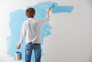 DIYをする女性の写真素材 [FYI01638408]