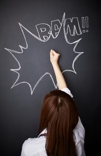 黒板に描かれた吹き出しの上をたたく女性のイラスト素材 [FYI01638421]