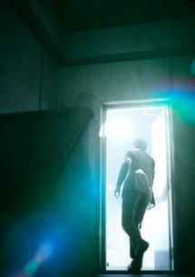 ドアを開ける男性の写真素材 [FYI01638422]