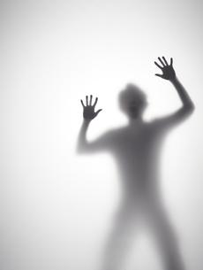 叫んでいる男性のシルエットの写真素材 [FYI01638446]