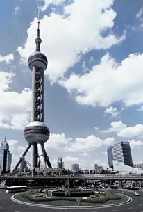 上海東方明珠電視塔と青空と雲の写真素材 [FYI01638459]