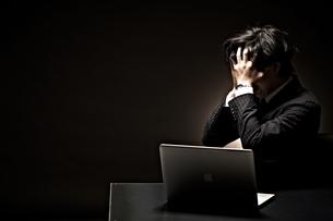 悩むビジネスマンの写真素材 [FYI01638471]