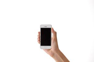 スマートフォンを持つ女性の手の写真素材 [FYI01638477]