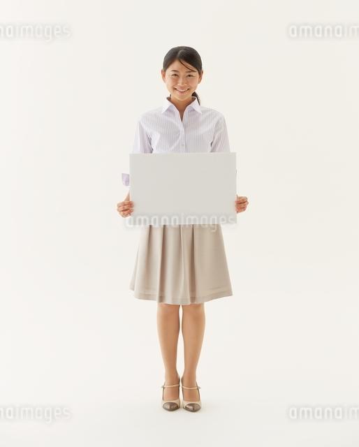 白い板を持つOLの写真素材 [FYI01638497]