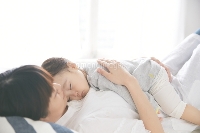 抱かれて寝ている赤ちゃんの写真素材 [FYI01638517]