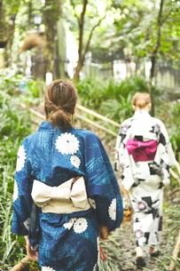 石畳を歩く女性二人の写真素材 [FYI01638537]