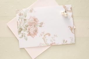 花模様の便せんとパールのピアスの写真素材 [FYI01638547]