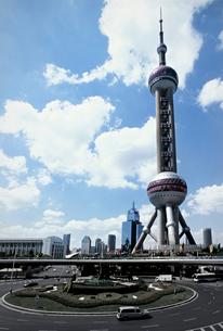上海東方明珠電視塔と青空と雲の写真素材 [FYI01638554]