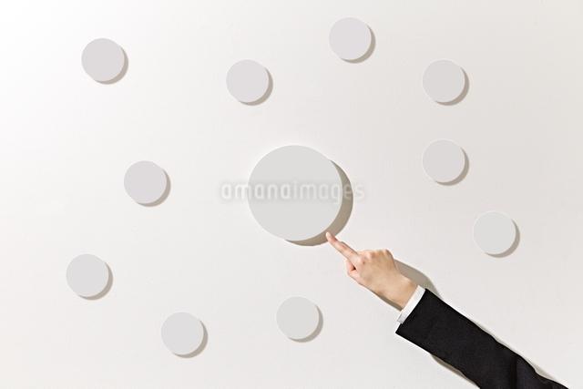 ボードを指差すビジネスウーマンの写真素材 [FYI01638571]