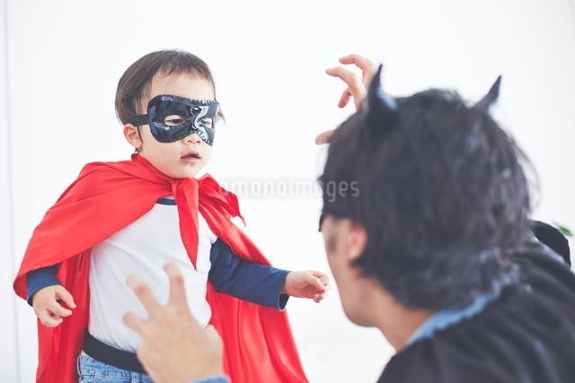 パパと闘っているちびっこスーパーマンの写真素材 [FYI01638599]