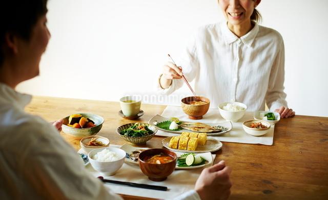 食事をしながら会話する男女の写真素材 [FYI01638606]