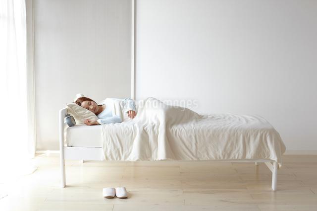 眠る女性の写真素材 [FYI01638610]