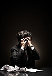 悩むビジネスマンの写真素材 [FYI01638617]