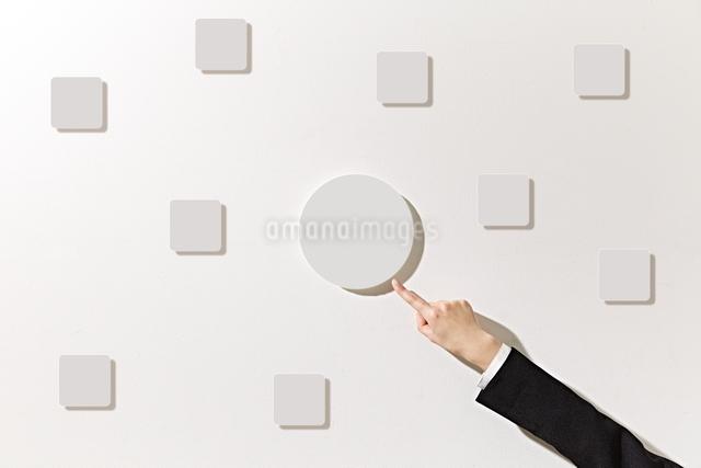 ボードを指差すビジネスウーマンの写真素材 [FYI01638620]