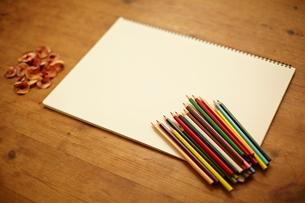 スケッチブックと色鉛筆の写真素材 [FYI01638627]