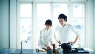 キッチンで料理をする2人の写真素材 [FYI01638630]
