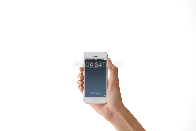 スマートフォンを持つ女性の手の写真素材 [FYI01638631]