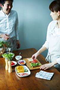 サンドイッチを作るカップルの写真素材 [FYI01638641]