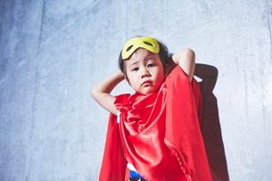 ちびっこスーパーマンの休憩中の写真素材 [FYI01638646]