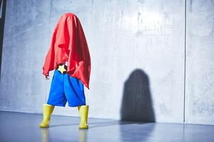 スーパーマンごっこをしている男の子の写真素材 [FYI01638650]