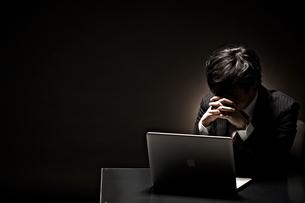 悩むビジネスマンの写真素材 [FYI01638656]