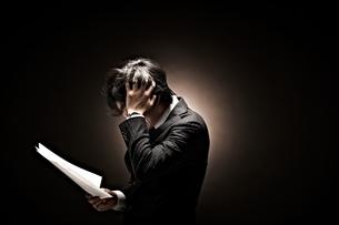 悩むビジネスマンの写真素材 [FYI01638658]