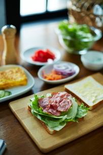 サンドイッチを作っているところの写真素材 [FYI01638670]