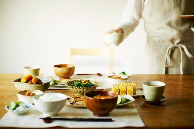 和食を配膳する女性の写真素材 [FYI01638673]
