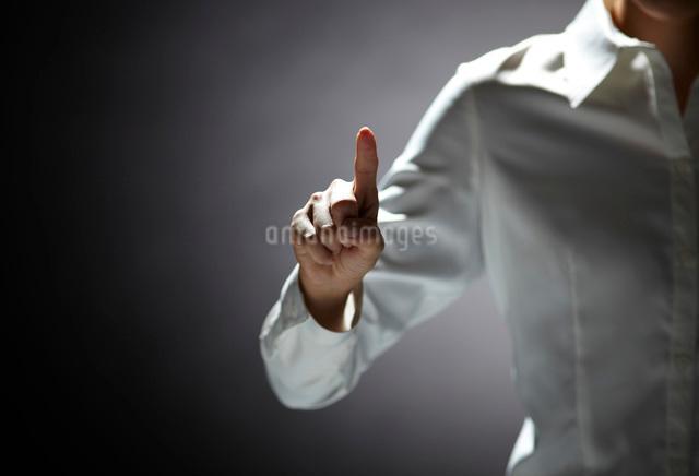 指を伸ばす女性の手の写真素材 [FYI01638675]