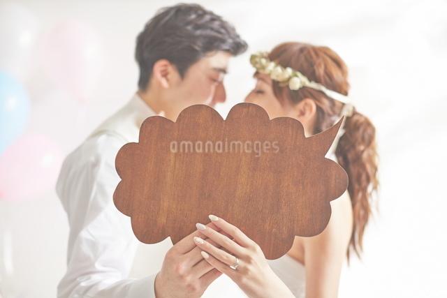 幸せな新郎新婦と吹き出しの写真素材 [FYI01638678]