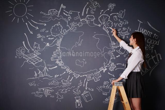 黒板に地球の絵を描く女子高生のイラスト素材 [FYI01638680]