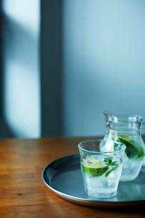 テーブルの上の飲み物の写真素材 [FYI01638690]