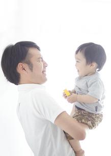 父親に抱かれながら笑い合う子供の写真素材 [FYI01638695]
