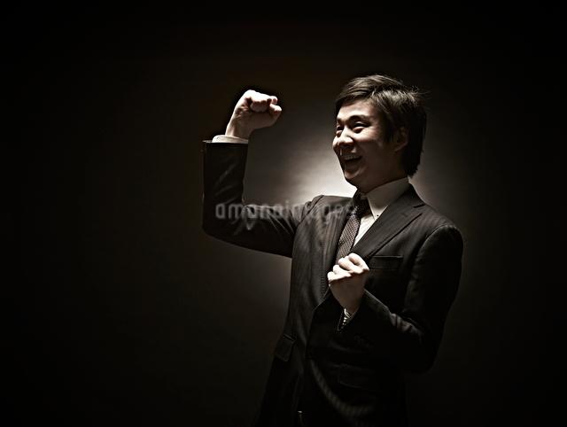 ガッツポーズのビジネスマンの写真素材 [FYI01638699]