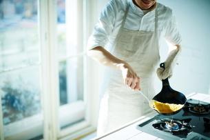 キッチンで料理をする男性の写真素材 [FYI01638700]