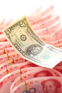 並べられた中国元と1ドル札の写真素材 [FYI01638702]