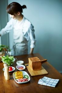 サンドイッチを作る女性の写真素材 [FYI01638703]