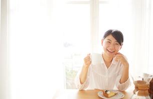 会話をしながらコーヒーを飲んでいるの写真素材 [FYI01638712]