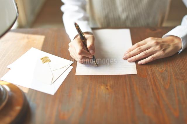 カフェで手紙を書く女性の写真素材 [FYI01638713]