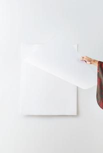 カレンダーをめくる着物を着た女性の写真素材 [FYI01638714]