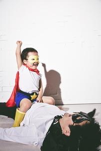 悪者をやっつけているヒーローの男の子の写真素材 [FYI01638721]