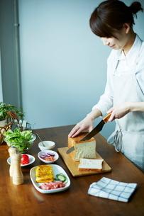 サンドイッチを作る女性の写真素材 [FYI01638726]