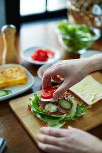 サンドイッチを作る女性の写真素材 [FYI01638735]