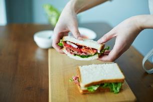 サンドイッチを作る女性の写真素材 [FYI01638736]