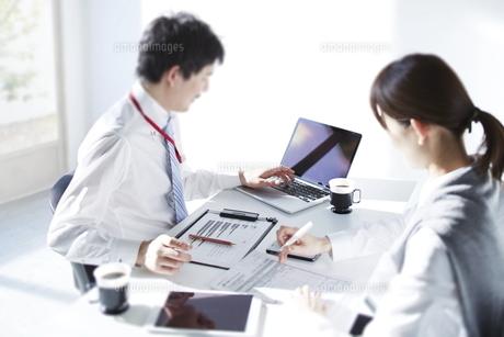 ミーティング中のビジネスマンの写真素材 [FYI01638738]