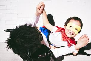 悪者をやっつけているヒーローの男の子の写真素材 [FYI01638751]