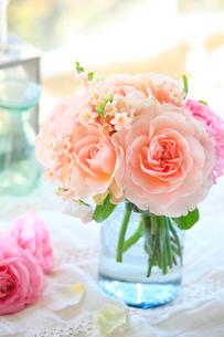 窓辺にアプリコット色のバラの写真素材 [FYI01638773]