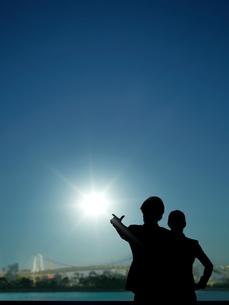 太陽を指差す男性と女性の写真素材 [FYI01638779]