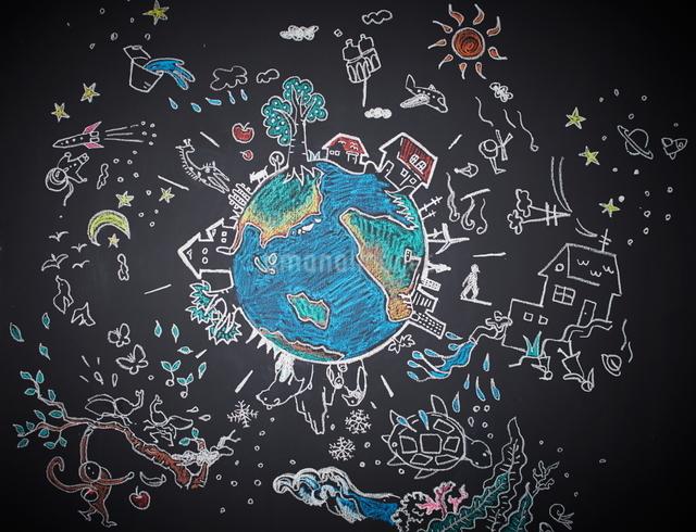 黒板に描かれた地球の絵のイラスト素材 [FYI01638783]